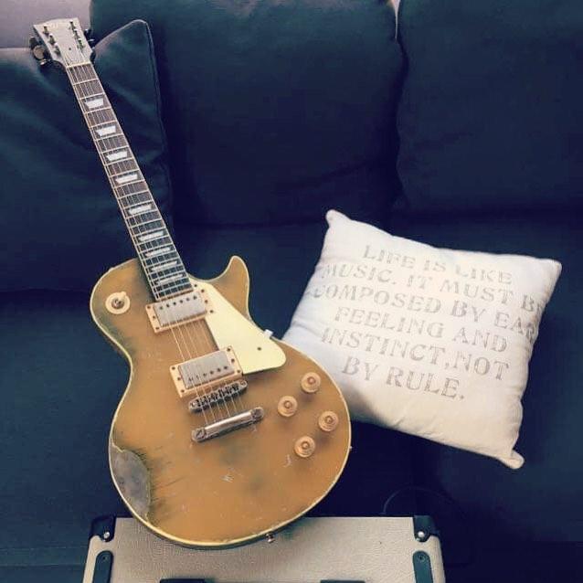 Bij Jean-Luc ligt de gitaar te wachten op een lesje Guns 'n Roses. 🤘😎