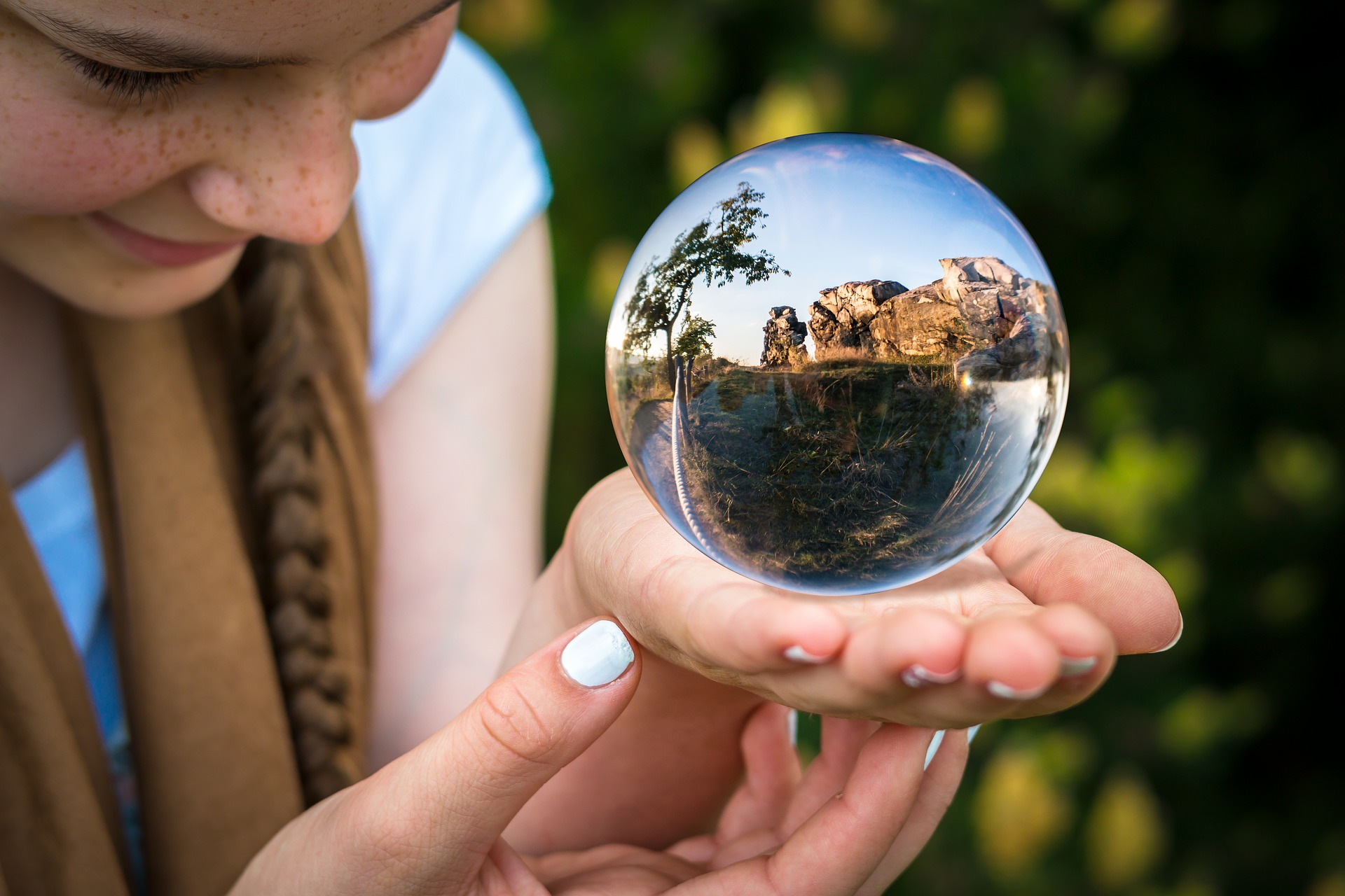 glass-ball-1754432_1920.jpg