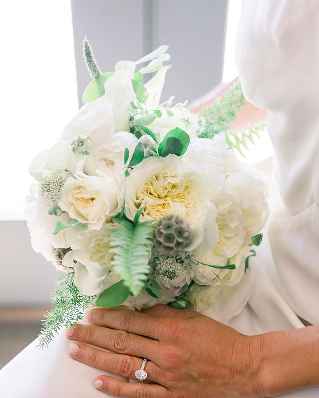 Bouquets do a lot and we sure do love them (almost as much as the bride 😘) photo by @modavisphotography @mpowerbhm @mariee_ami #offbeatwedding #differentisgood #offbeatblooms #offbeatbride #lakewedsing #moretocome #bouquet #weddingflowers #weddingflorist #weddingfloral