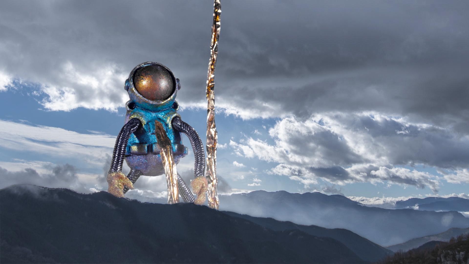 El alma gigante del astronauta entre las montañas.