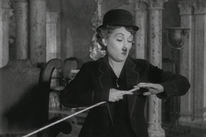 Gloria Swanson, interpretando a Charles Chaplin en  Sunset Boulevard  (1950)