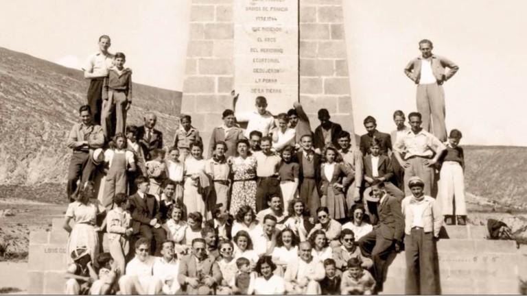 Miembros de la comunidad judía en Ecuador, posando en la Mitad del Mundo en los años 40. Vía An Unknown Country