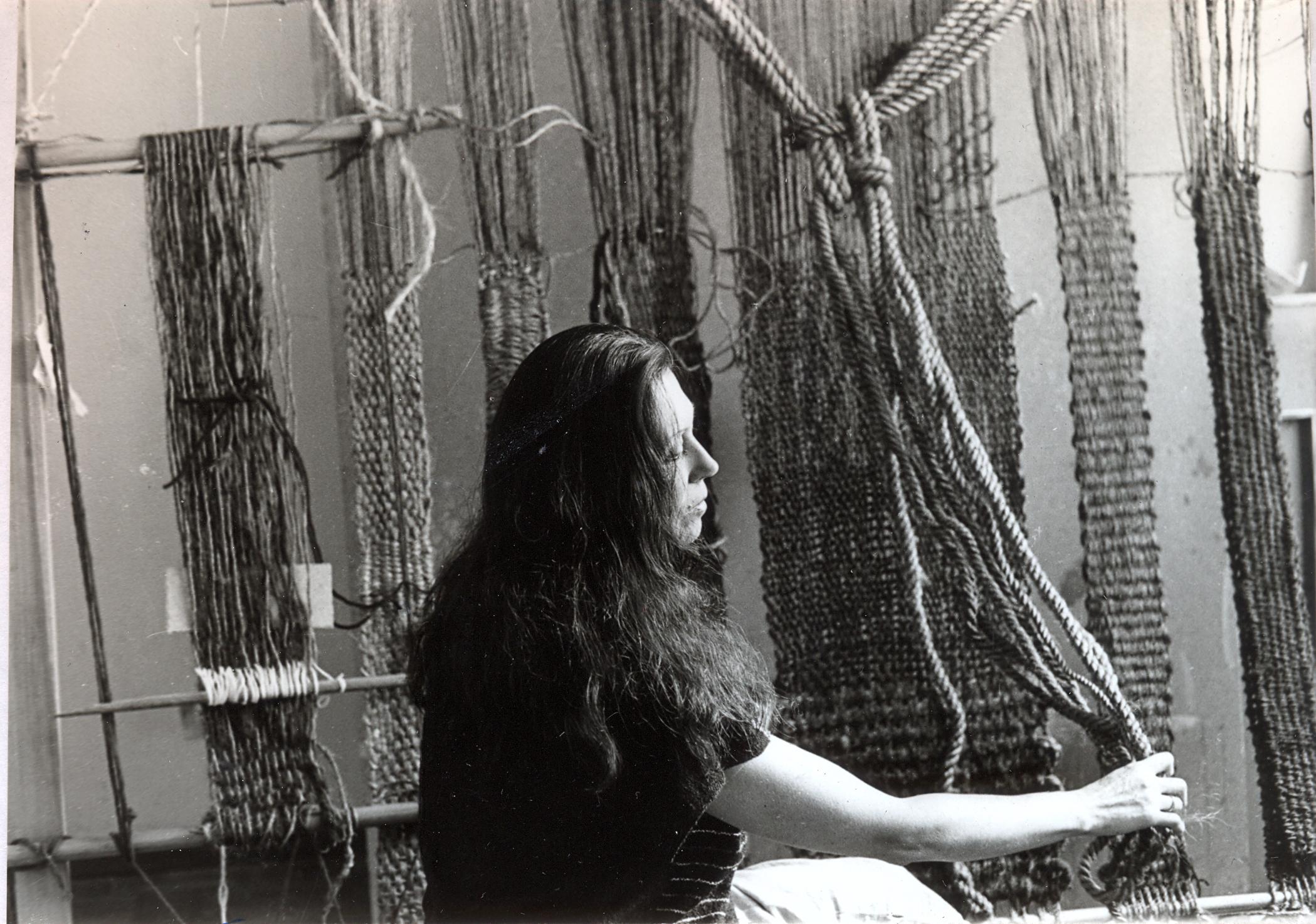 Cecilia Benitez (1937-2010), en su taller. Producción de tejidos, 1980 aprox. Archivo de la artista.