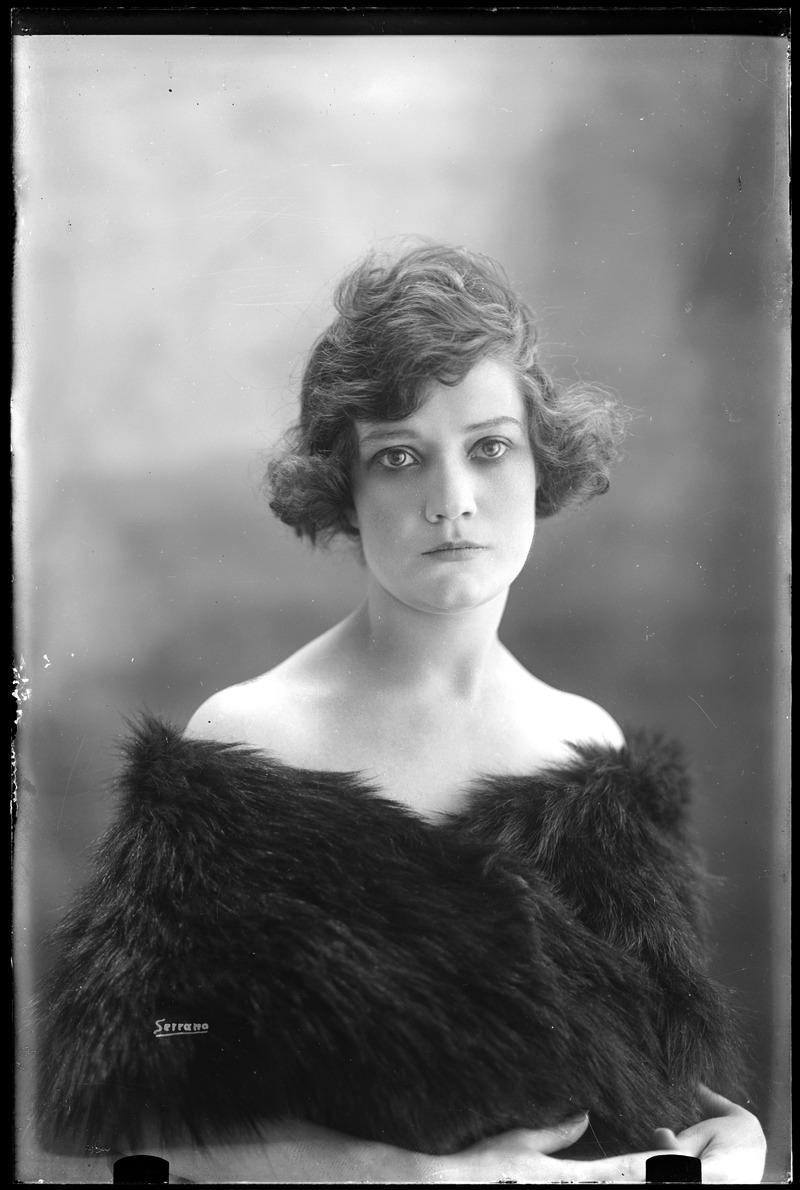 Retrato de Estudio de Mujer - Manuel Jesús Serrano (c. 1930- 1940)
