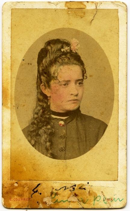Uno de los primeros retratos de una mujer que aparece en el archivo del INPC.  Catalina Noli Yturrizaga (c . 1865), retratada por los hermanos Courret