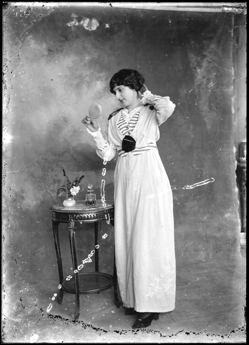 Señorita Puga viendo un espejo - Rodolfo Peña Echaiz (c 1915-1925)
