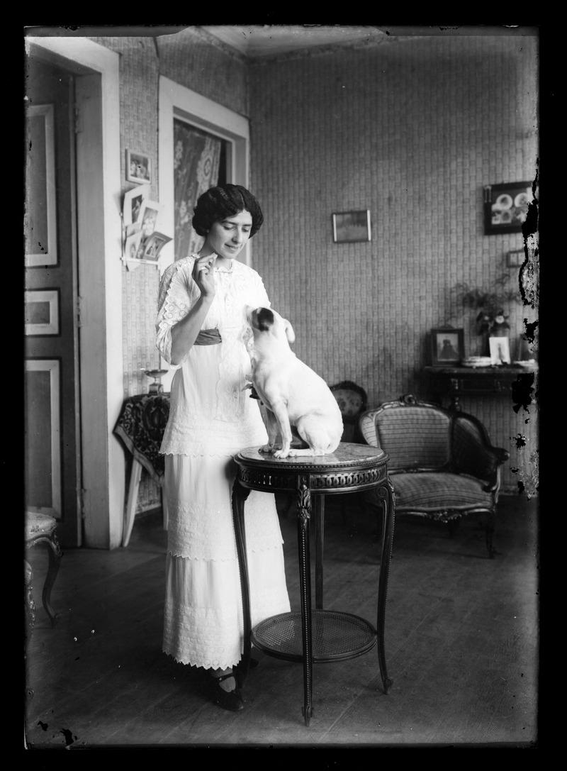 Carmen Puga con su perro - Rodolfo Peña Echaiz (c.1920)