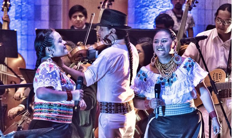 Ana con miembros de la banda Yarina - Foto cortesía Ana Cachimuel