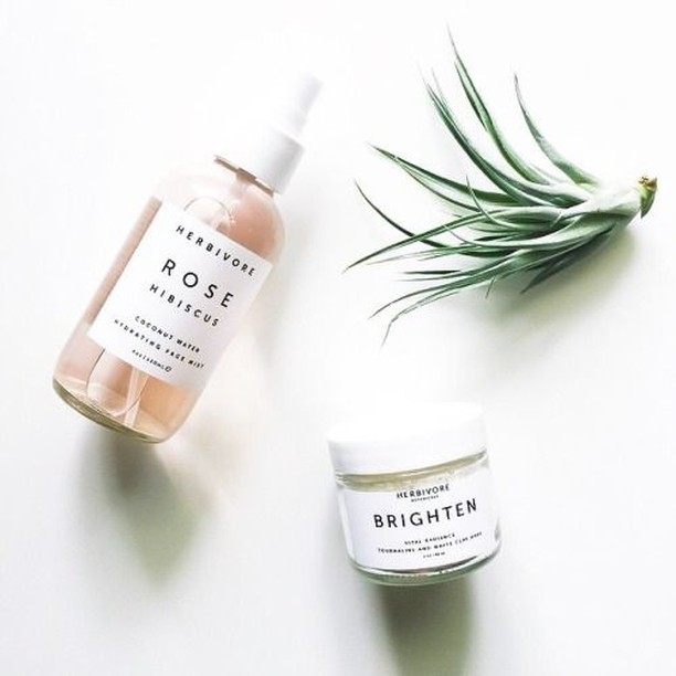 ~ ✨ HYDRATE + GLOW ✨ ~  @Herbivorebotanicals has been one of my tried and true green beauty brands and these are two of my favorite products that I have returned to again and again over the years.🌹 The Rose Hibiscus hydrating facial spray is a gorgeous floral mist that hydrates and soothes my skin like nobody's business. ⚡️ the Brighten Mask that exfoliates with gentle fruit enzymes, rice powder, and micronized Brazilian tourmaline gemstone.  SO MUCH GLOW from this puppy!  Have you tried either of these? What did you think?! ⠀⠀⠀⠀⠀⠀⠀⠀⠀ #WellBabeApproved #WellBabe #cleanbeauty #beautybrands #Mask #selfcare #wellness #herbivorebotanicals