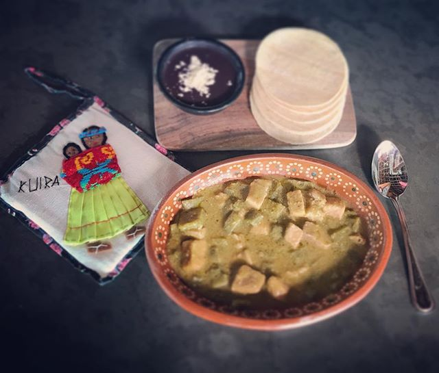 A comeeeeer! Amazing pork with cactus in green salsa, one of the many options for today's #ComidaCorrida! #MomsCookBest