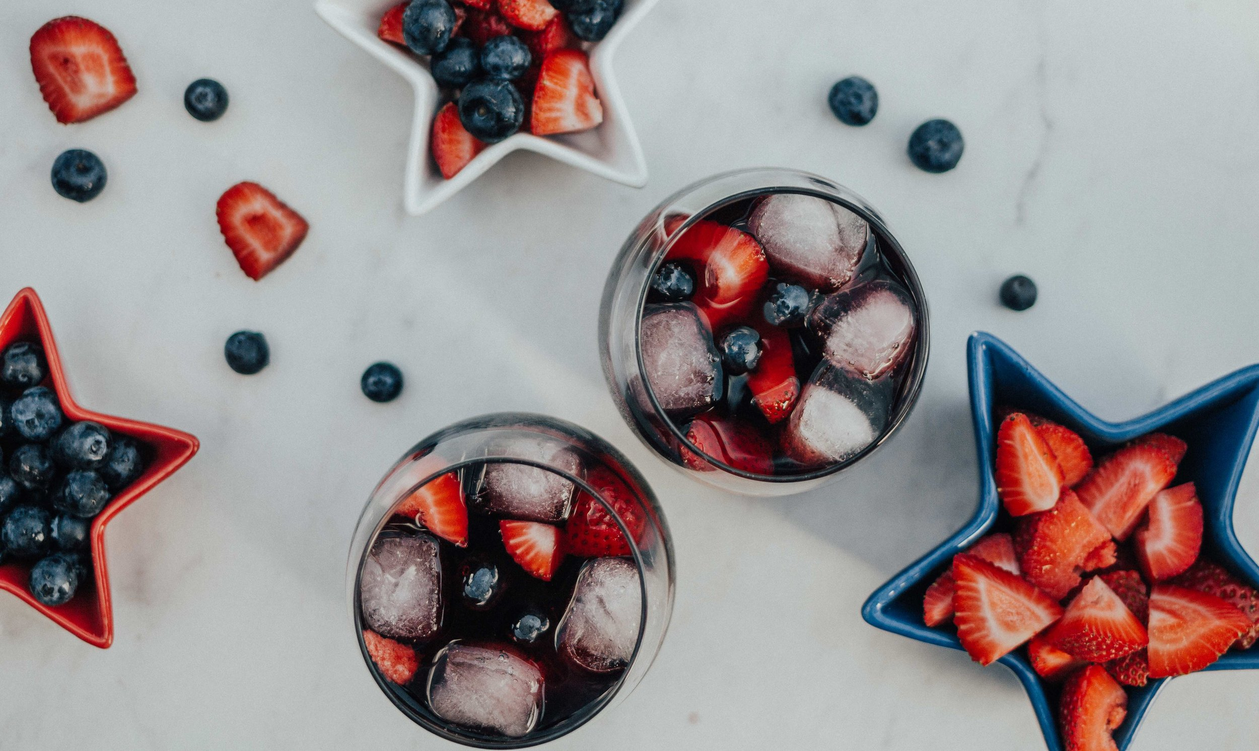 4th of July Cocktails – 4th of July Sangria – Red Sangria – Summer Sangria Recipe – 4th of July Drinks – Summer Cocktails – Summer Drinks – Classics Red Sangria – Fourth of July Sangria - #heartandseam #sangria #4thofJuly  www.heartandseam.com