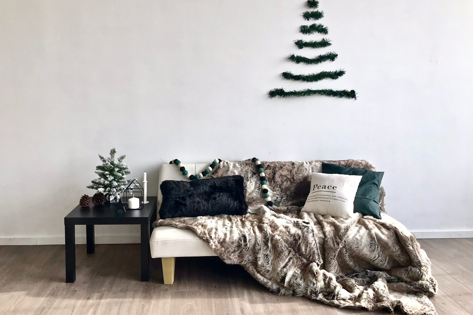 The styled set for this family Christmas mini session.