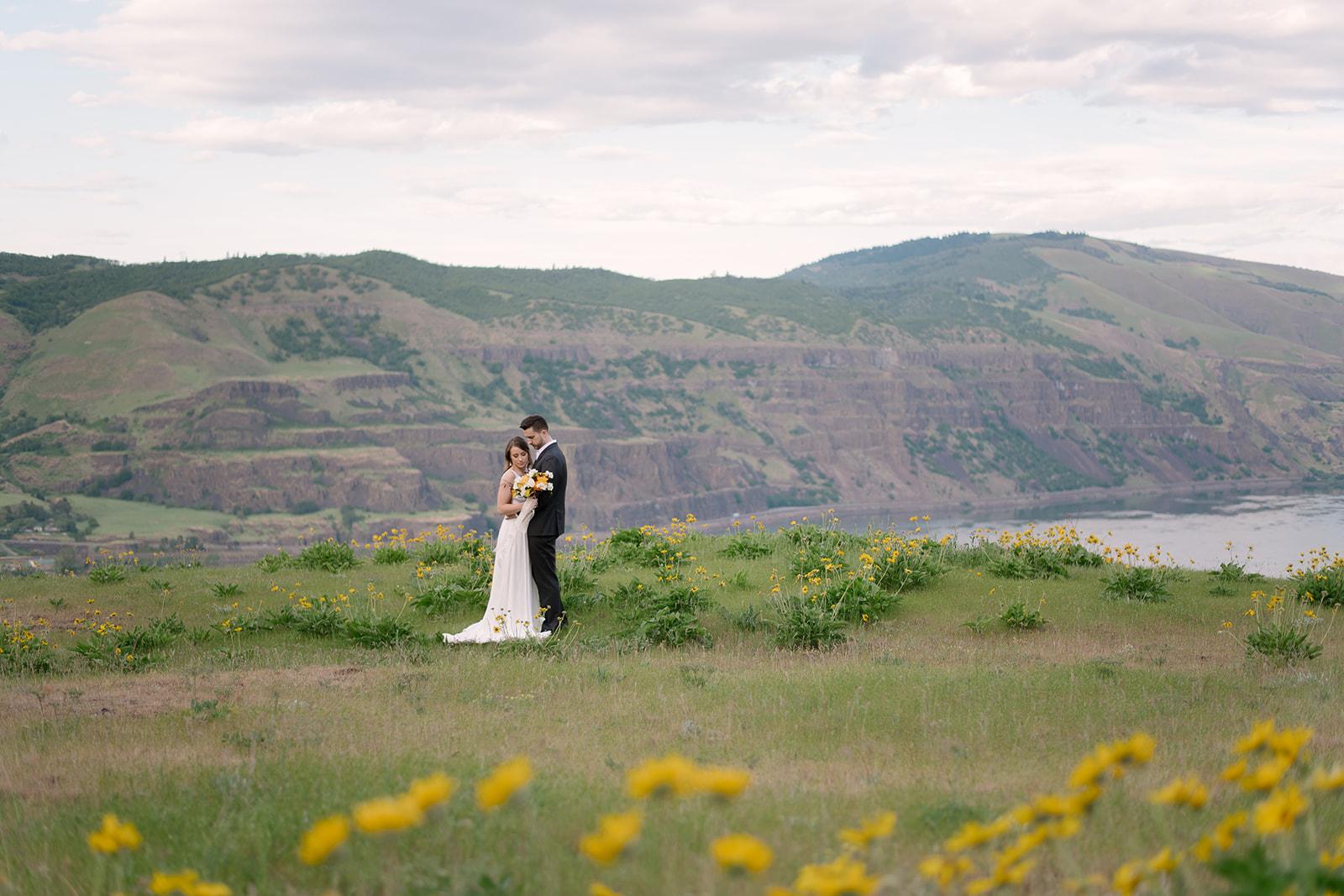 Bride & groom at Rowena Crest Viewpoint