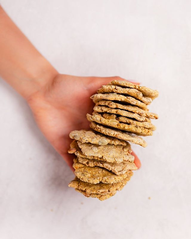 A (big) handful please! 😊 These are my gluten-free sprouted seed, turmeric & black pepper crackers, so crunchy and good! . . . . . . . #vegan #veganlife #plantbaseddiet #plantbasedvegan #wholefoodplantbased #veganfit #plantfueled #美味しいご飯 #glutenfreecrackers #vegancrackers #healthyvegan #healthyveganfood @food52 #feedfeedvegan @thefeedfeed.vegan @bestofvegan #bestofvegan #veganfoodpics #veganblogger #veganblog #plantstrongvegan #eattherainbow #foodforhealth #plantbased #veganlifestyle #onmyplate #veganaf #vegansofinstagram #turmericcrackers #homemad #ビーガン #kurkumakekse @thrivemags @thefeedfeed.vegan #thrivemags