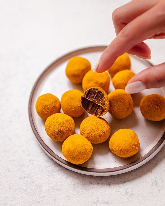 Creamy rich no-sugar chocolates rolled in organic turmeric. I think most of the dishes I make now have turmeric in (or on) them in some form 🤔 I actually love the taste of it haha ⁣  #vegandesserts #glutenfreevegan #organic #whatveganseat #organicfood #letseatvegan #healthydesserts #glutenfree #thrivemags #veganfoodspace #buzzfeedfood #guiltfreeindulgence #bestofvegan #vegansofig #vegantreats #refinedsugarfree #veganchocolate #homemadefood #homemade #healthytreats⁣ #chocolaty @terrasoul #veganeschokolade #schokolade @bestofvegan @saveurmag #healthyvegan #sugarfreeindulgence #美味しいもの #チョコレート好き #チョコ