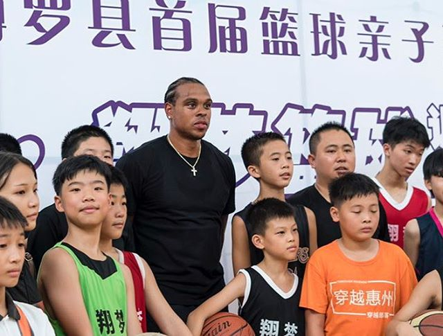 Shannon Brown meeting with a local youth basketball camp in Hunan Province - Summer 2017 tour