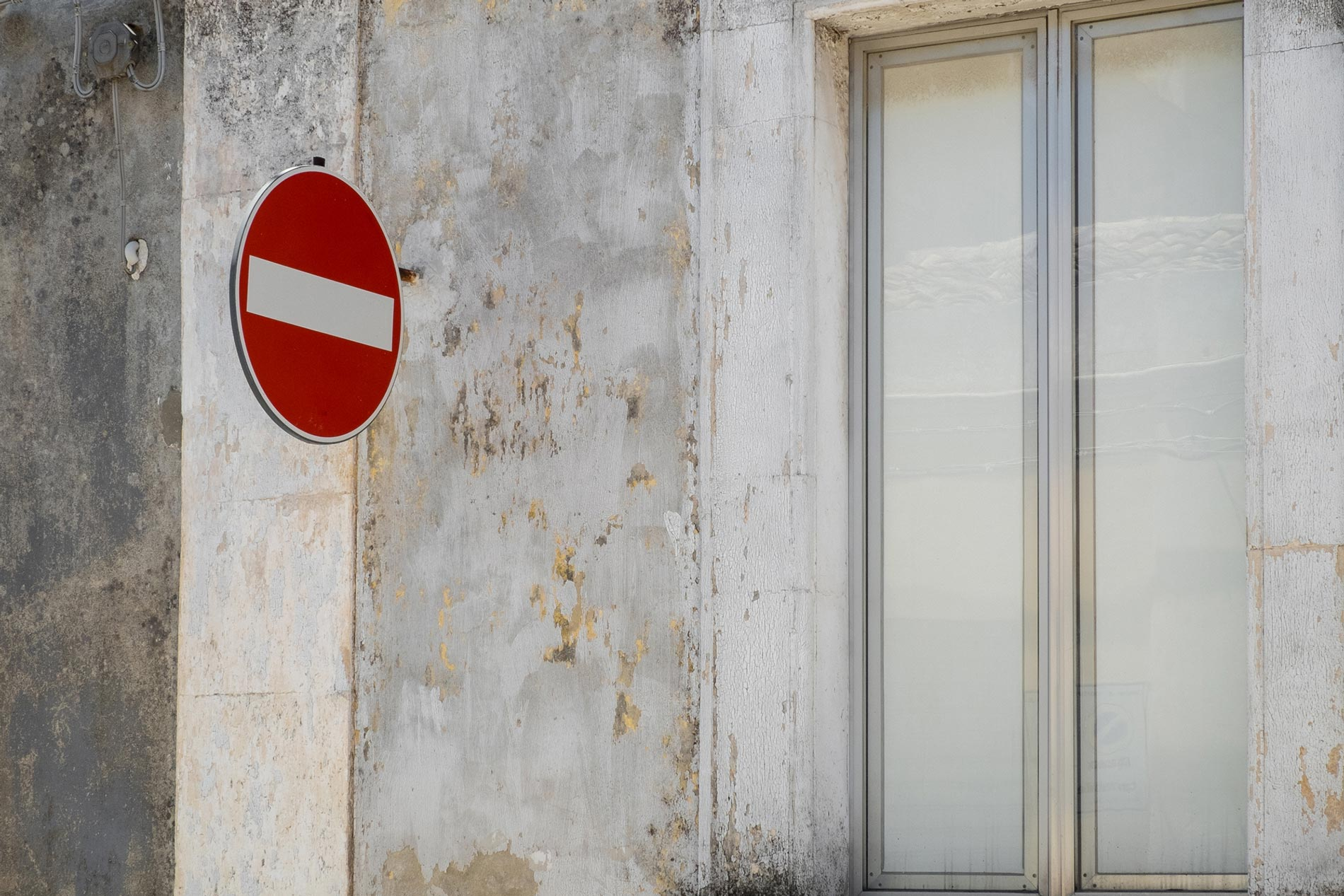 White wall and sign - Floridia, Sicily