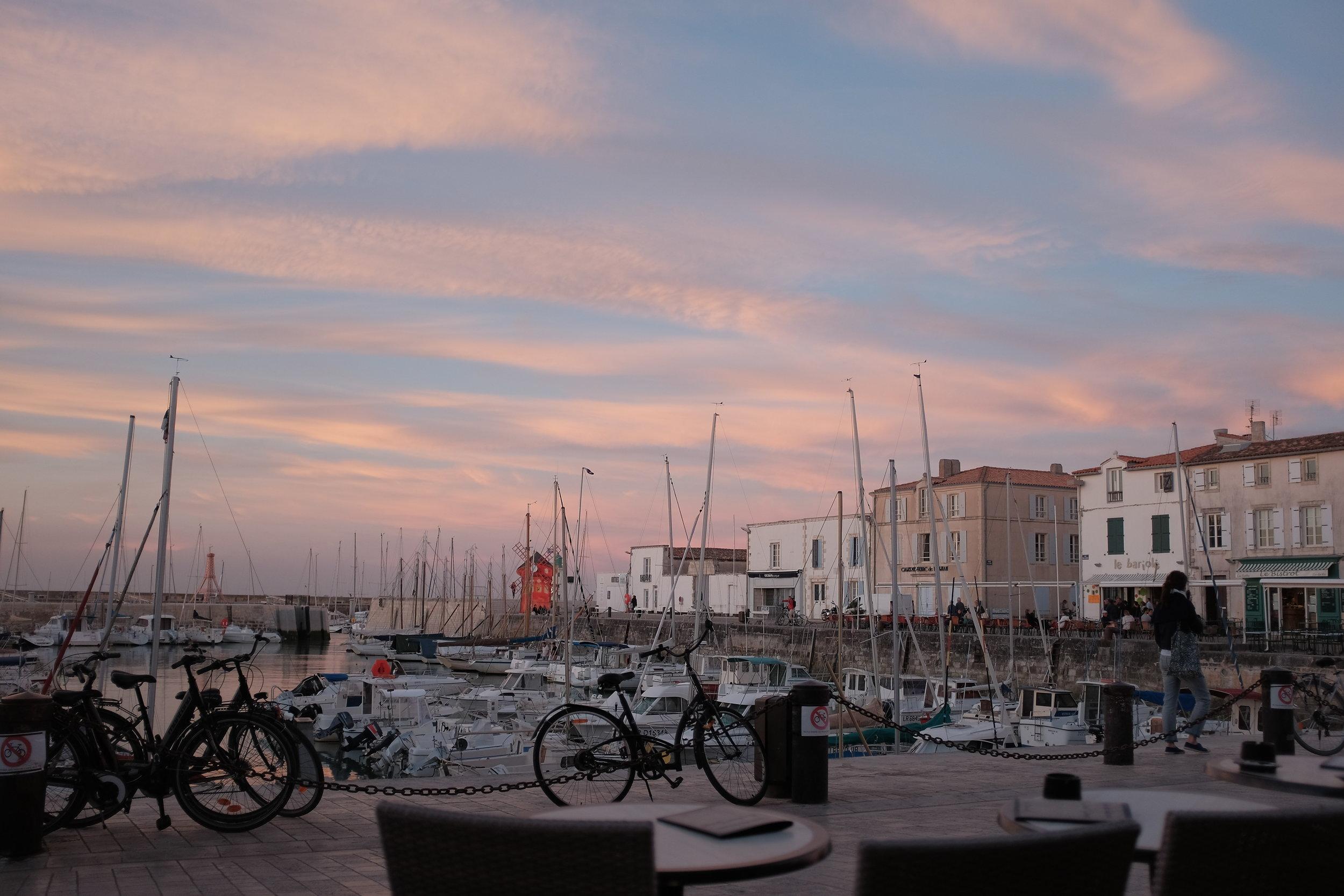 Port la flotte en ré  À quelques minutes à pied, le port est un endroit idéal pour visiter et profiter des cafés et des restaurants locaux.