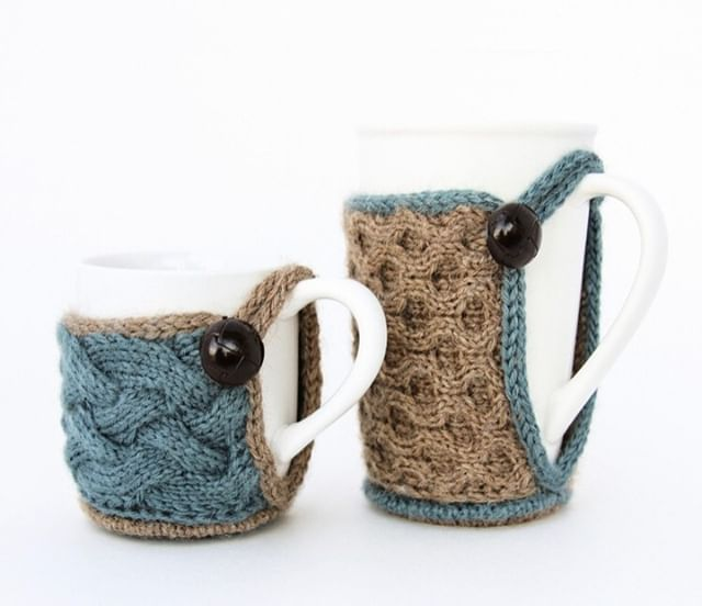 How perfect are these for a quick gift for any hot drink lover in your life! Actually, I'm thinking about making some for myself because I need some cozy happiness alongside my coffee each morning... The pattern is called Mug Shrug by Bekah Knits💜  #giftalong2018 #gal2018 #shinetheory #holidayknitting #knitting #knitter #knit #knittersofig #knitstagram #knittersofinstagram #yarn #indiedesigner #indiedesigners #indiedesigns #thevioletpie