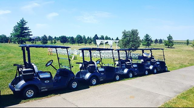 Here are our beautiful new cars ready to whisk off the bride 👰🏼 and groom 🤵 after a beautiful wedding last weekend! #wedding #foxridgegolfclub #golfcourseevents
