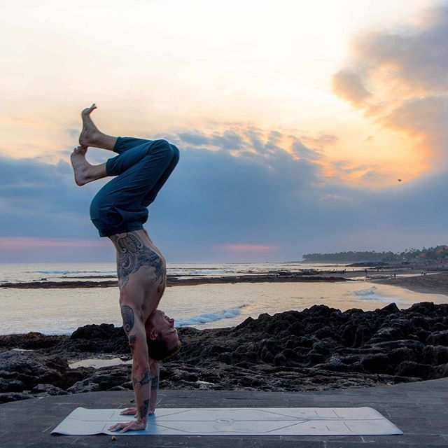 One of my last sunsets in Canggu before heading off tomorrow. Thank you Nick, for taking this epic shot!⁣ ⁣ 📷 @nickypearsprout⁣ ⁣ ———⁣ ⁣ @liforme⁣ @ohmmeapparel⁣ ⁣ #handbalancing #practiceandalliscoming #upsidedown #mover #balance #handstand #yogateacher #handstands