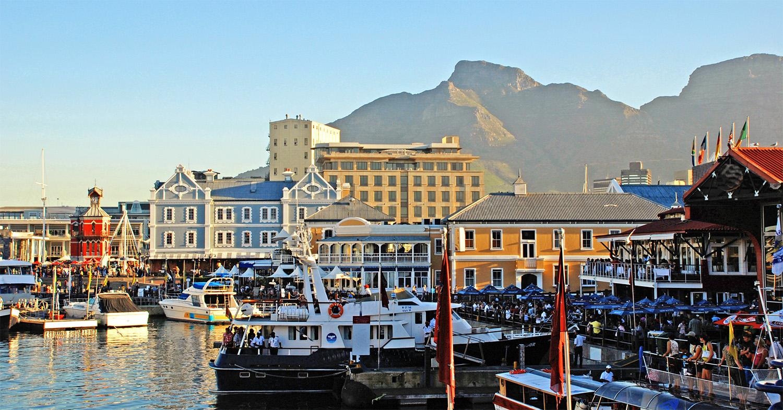 V&A Waterfront - Dél-Afrika legrébbi működő kikötője a királyi család hercegéről és hercegnőjéről kapta a nevét, akik 1860-ban a királyi családból elsőként látogattak Fokvárosba. A kikötő környéke a város egyik legpezsgőbb, legautentikusabb része, rengeteg programmal egész évben.