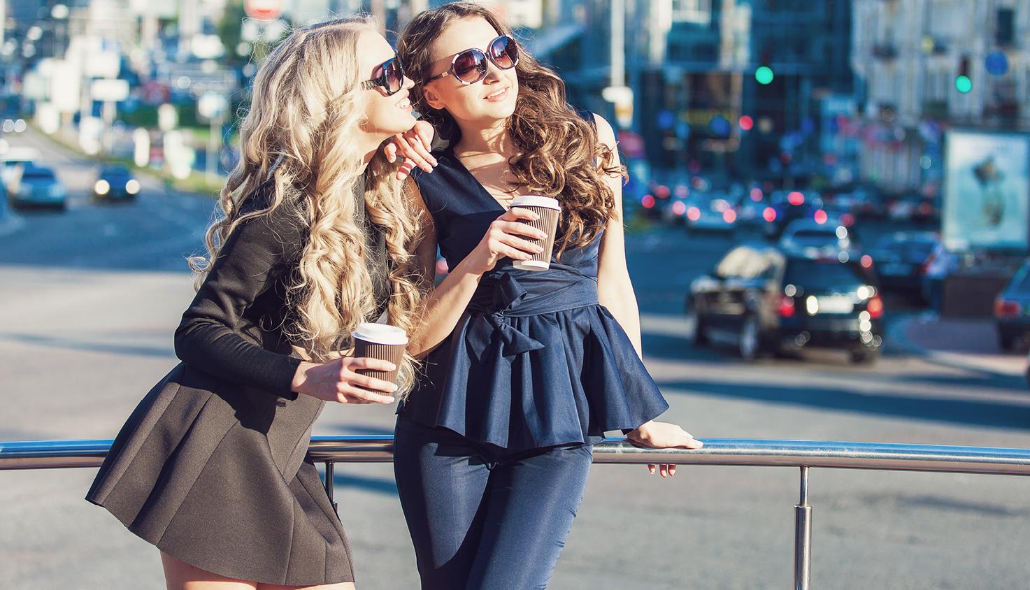Zwei gestylte junge Frauen