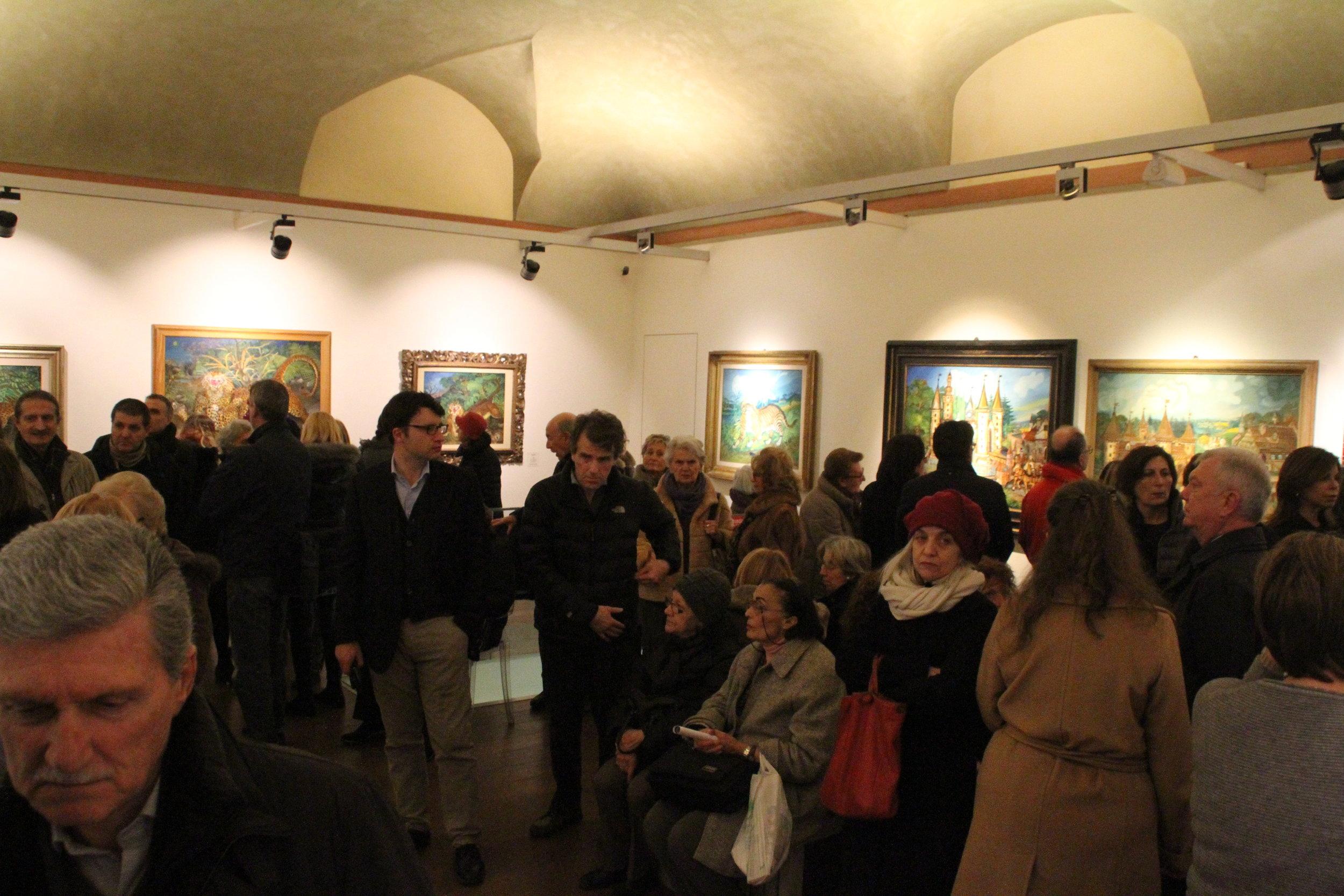 Folla all'inaugurazione della mostra