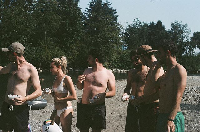 Throwback to warmer days and river floats! Looking forward to lots more sunshine and White Claw 🥭 📸: @laurenxdrake • • • • •  #summer #river #float #friends #whiteclaw #rainier #warmweather #sunshine