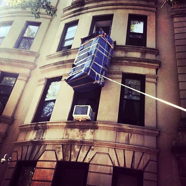 Getting creative to get the job done 🙌🏽 👊🏽 #moverswithgrip #octomovers #movingday #nyc #newyork #bestmoveever