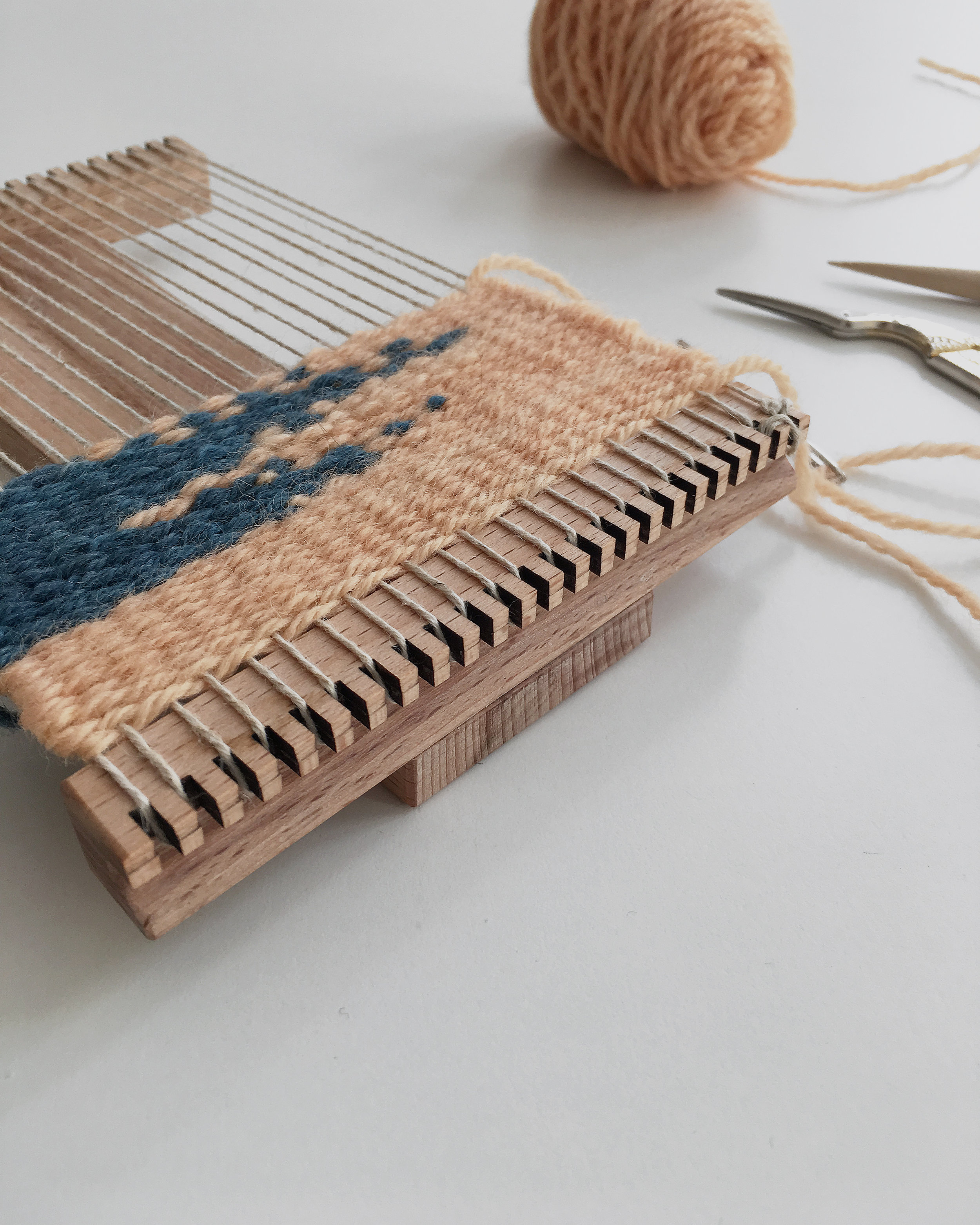 Mini travel looms with a safe warp holders and a comfy handle #loom #travel #weaving #handwoven #miniloom