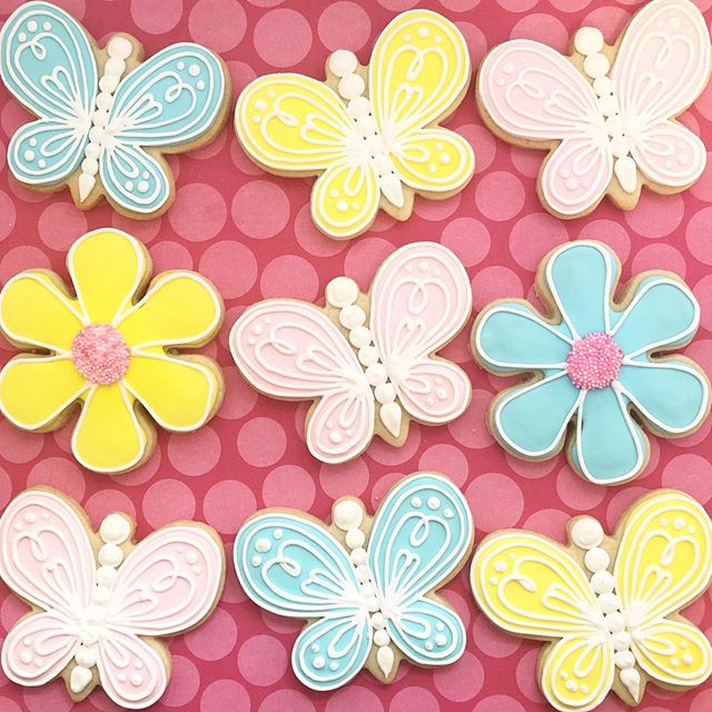 Butterflies and flowers for a baby shower! 🤱👶 (Used a @caceyscakery tutorial for that pink flower, don't you love it? 😍) #babyshower #flowercookies #butterflycookies #baby #babygirl #baking #sugarcookies #cookies #decoratedcookies #decoratedsugarcookies #edibleart #customcookies #cookieart #cookiedecorating #cookiesofinstagram #instagood #royalicing #thisisCLE #CLE #mksweetsco