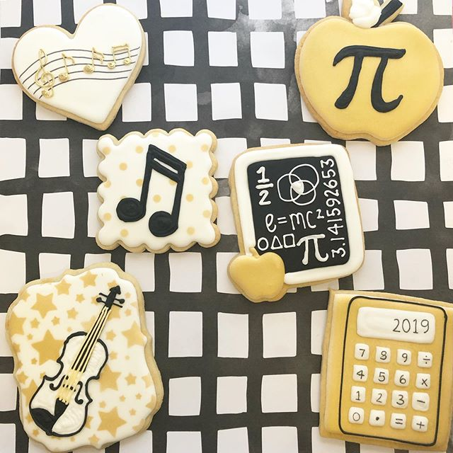 Music 🎼🎻 & Math 📐📚 graduation cookies! 🎓 #graduationcookies #mathcookies #musiccookies #baking #sugarcookies #cookies #decoratedcookies #decoratedsugarcookies #edibleart #customcookies #cookieart #cookiedecorating #cookiesofinstagram #instagood #royalicing #thisisCLE #CLE #mksweetsco