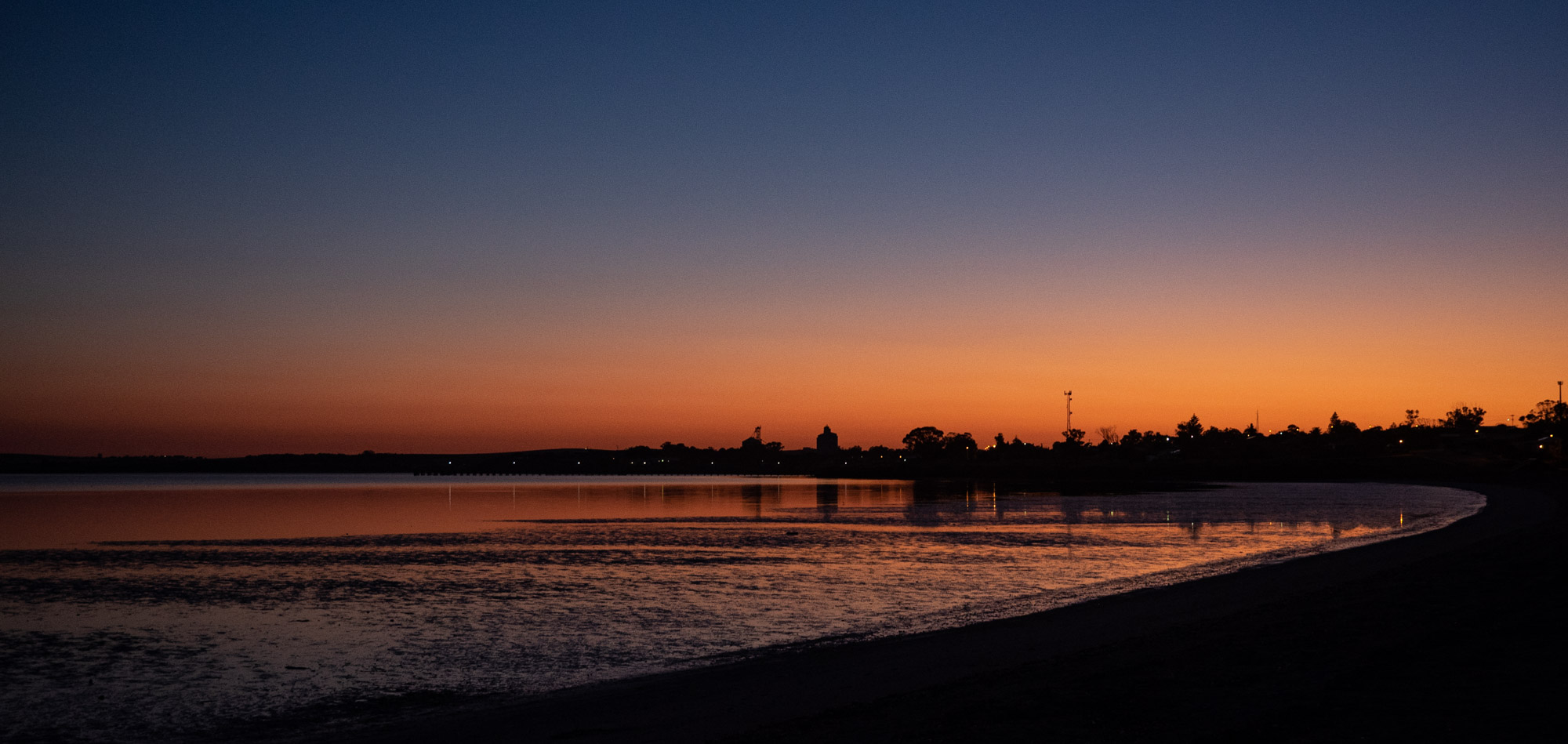 Streaky Bay is a rather attractive town on the west coast of the Eyre Peninsula. The wide, shallow bay actually faces north east, so we nearly had an ocean sunrise … starting to feel a little like home.