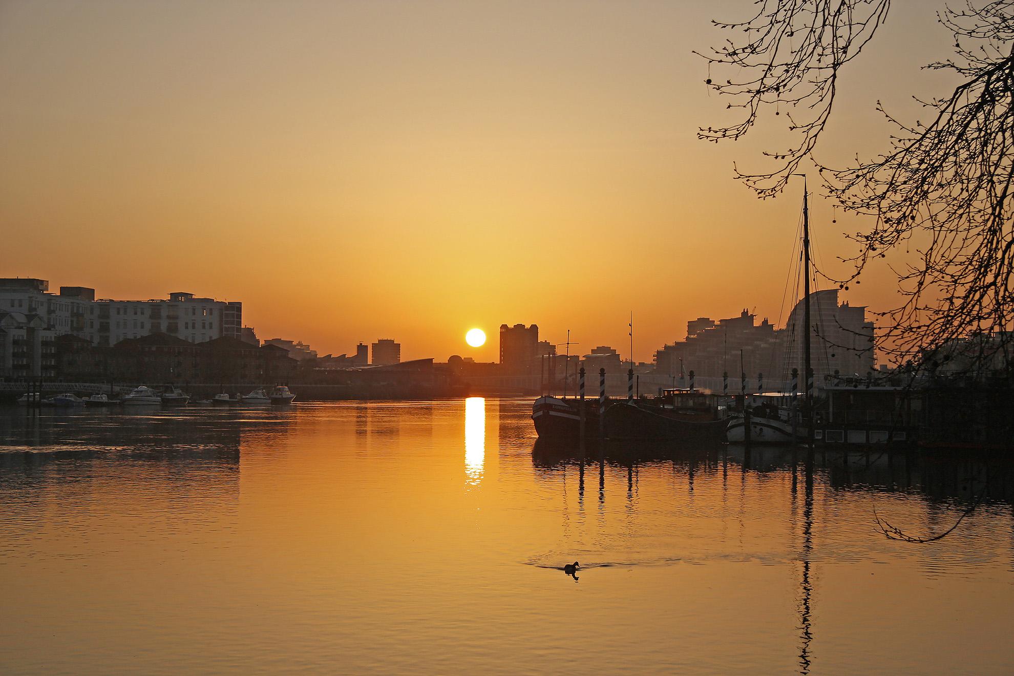 Sunrise over the river in Putney.jpg
