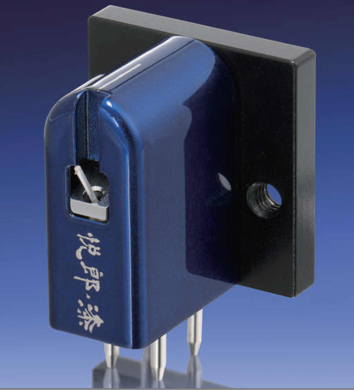Etsuro Urushi Cobalt Blue - Type Moving coilFrequency response 15-50,000HzOutput voltage 0.25mV/1kHzOutput balance <0.5dB/1kHzChannel separation 33dB/1kHzTracking weight 2grImpedance 3Ω/1kHzTrackability >70μm/2grStylus shape 80μm microline diamondCantilever 0.4φsapphire pipeCartridge base Extra super duralumin(A7075)Cartridge housing Extra super duralumin(A7075)Housing processing Urushi handmadeCartridge weight 8.1gr