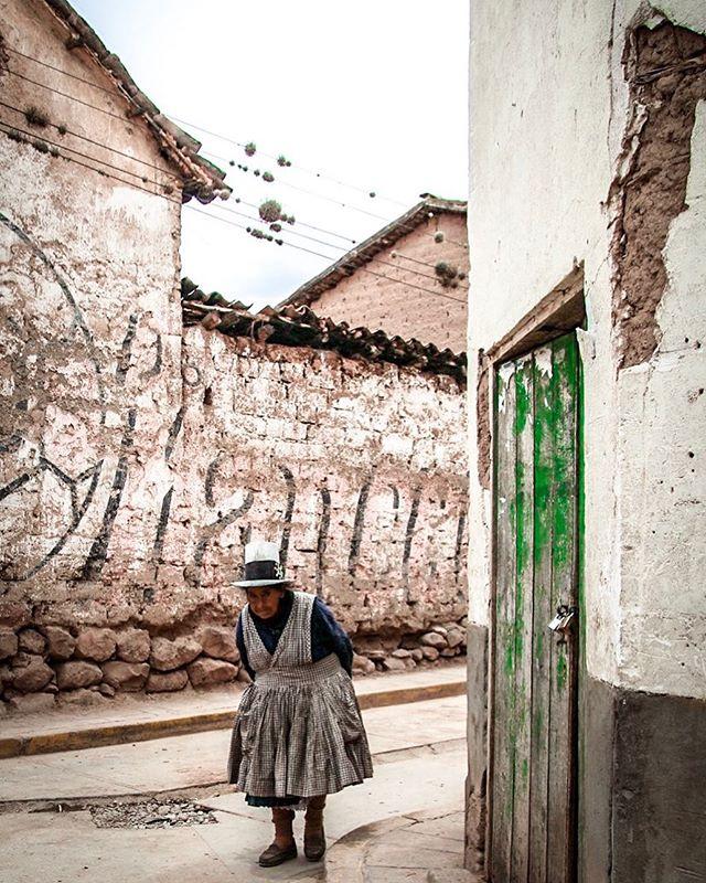 Passing through the sleepy town of Maras en route to the famed salt mines. 📷: @anita_ben