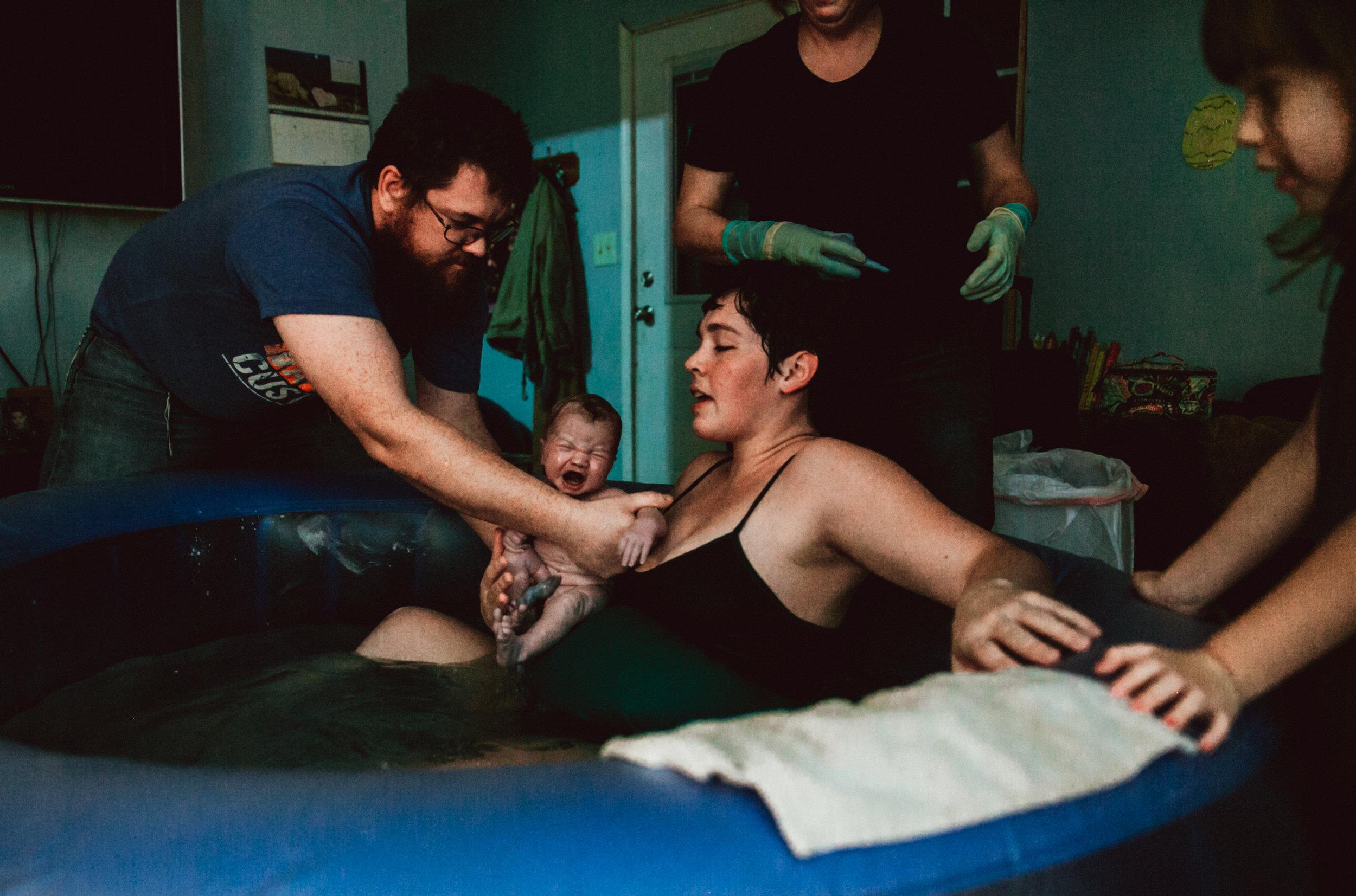 Homebirth_Tulsa_waterbirth_dadcatch
