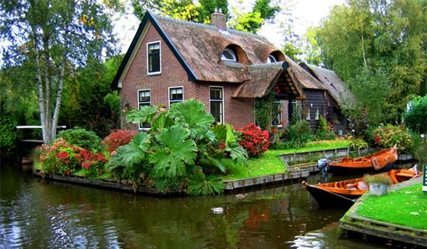 Thatched Roof Home in Giethoorn (The Netherlands)