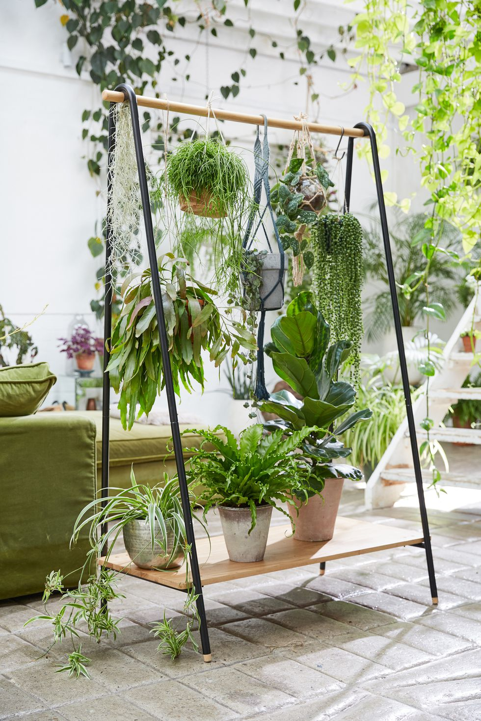 Isn't this a great idea?! An old clothes rack transformed into a room divider with hanging and standing plants. I almost wish I had not disposed of the old rack I had in my studio: It did not make the last move…. Source: Elle Decor (US)