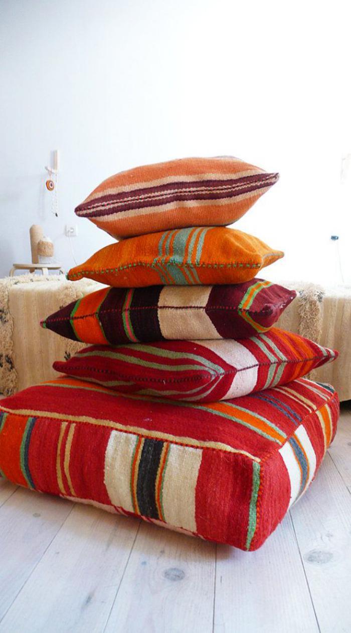 coussins-de-sol-design-kilim-oriental-teintes-vives.jpg