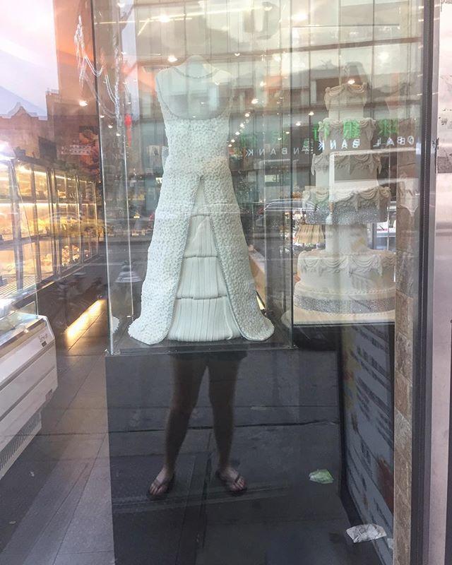 This wedding dress cake has legs. . . . #southernphotographer#street_vision#streetphotography#selfportrait#weddingcake#weddingdress#weddingdresscake#nycstreetphotography#nycphotography#fashiongram#streetsofnewyork#canalstreet#ignant#ig_shutterbugs#ig_photooftheday#travelgram#wandering#phroommagazine#24hourchurch#onbooooooom#aintbadmagazine#scadsavannah#scad#photographie#fotografiska#fotomobile#creativegrammer#fotografia