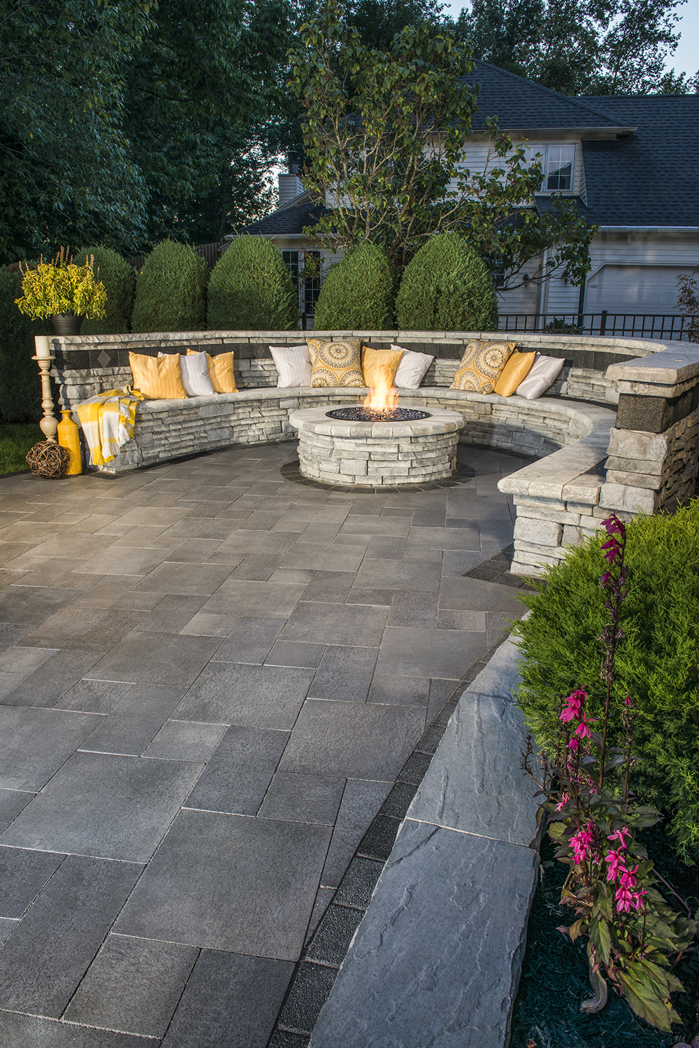 UMBRIANO PATIO IN MIDNIGHT SKY, RIVERCREST WALL AND FIREPIT IN COASTAL SLATE WITH SERIES 3000 ACCENT IN BLACK GRANITE