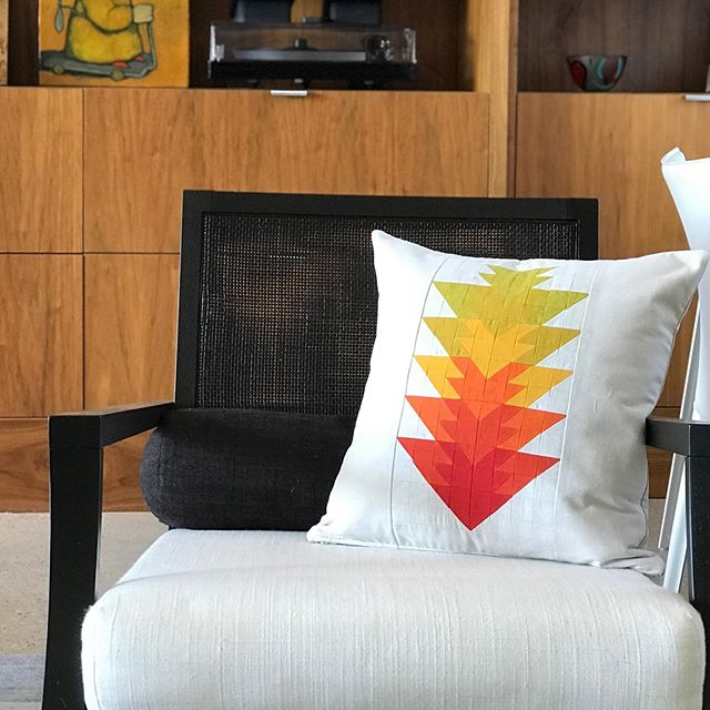 It's a super mini #arrowheadquilt PILLOW! I love @initialkstudio 's arrowhead quilt pattern (I've made 4) and thought why not make an extra small version. I had no idea how impossibly cute it would turn out. Looks amazing in my living at home. 💛💛🧡🧡❤️♥️ . . . #quiltersofinstagram #arrowheadquiltpattern