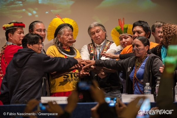 Indigenous leaders receive the Equator Prize during the COP21 in Paris