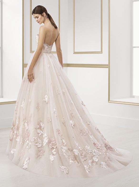 Rosé oder babyblau - Ivory oder weiss sind bekanntlich die klassischen Brautfarben. Für die kommende Saison heisst es aber: Rosé und Hellblau ist das neue Weiss. Ob Kleid, Schleier, Schuhe oder kleine Details am Kleid - mit Rosé und Babyblau werden frische Akzente gesetzt.