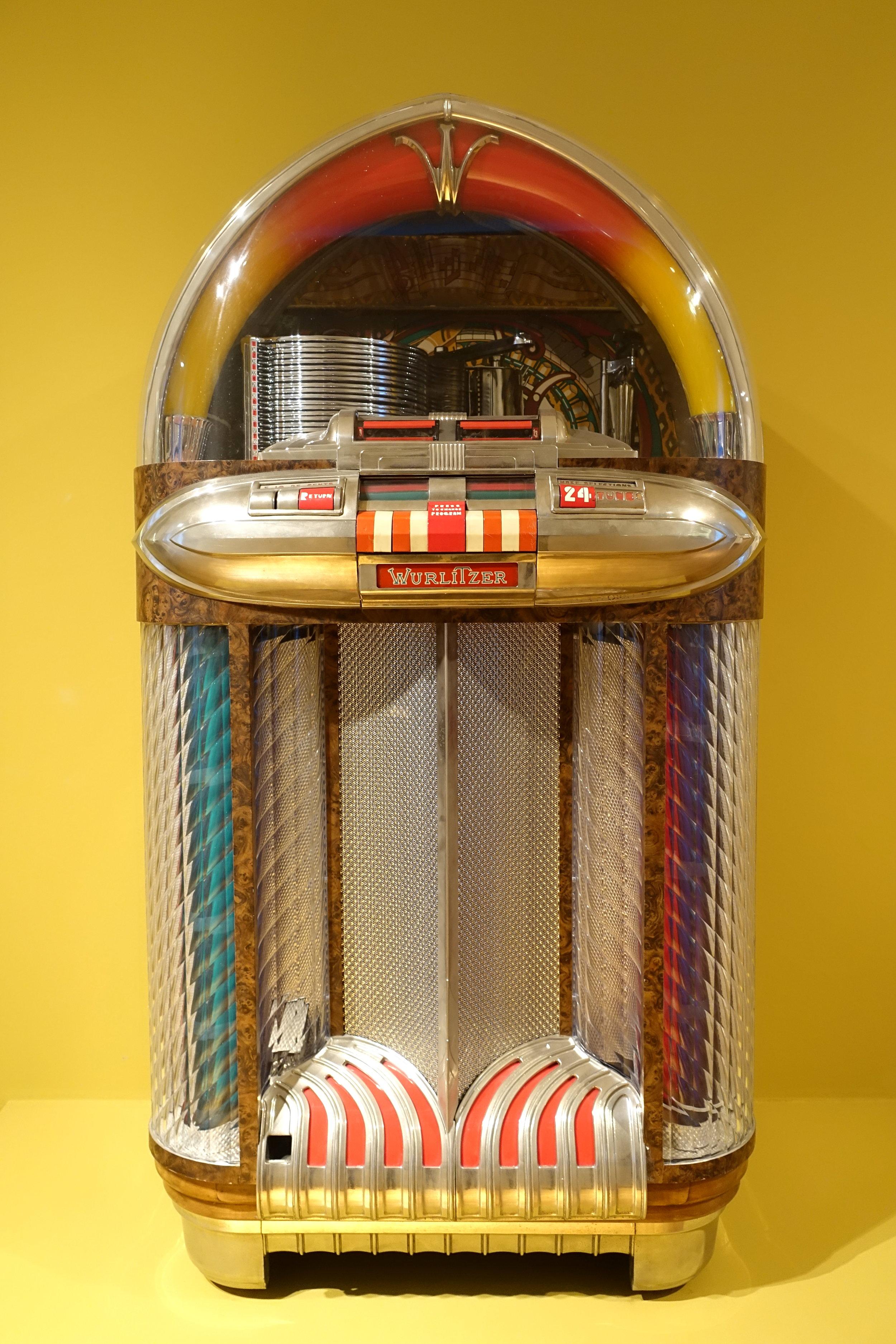 Wurlitzer_1100_jukebox,_designed_by_Paul_Fuller,_1948,_metal,_glass,_wood,_plastic_-_Museum_für_Angewandte_Kunst_Köln_-_Cologne,_Germany_-_DSC09472.jpg
