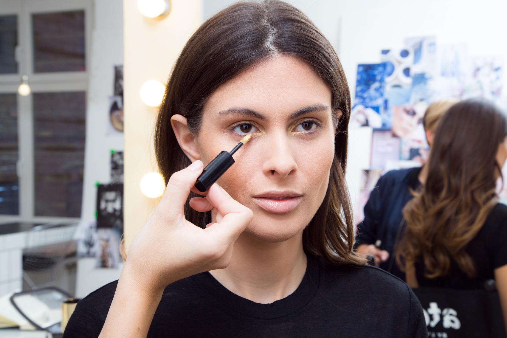 STEP 4 - Dann benutze ich den Eye Paint Creme Eyeshadow in 201 Golden Eye und trage ihn in den Augenwinkeln auf. Zunächst das Produkt platzieren und dann hinterher mit den Fingern leicht schattieren.