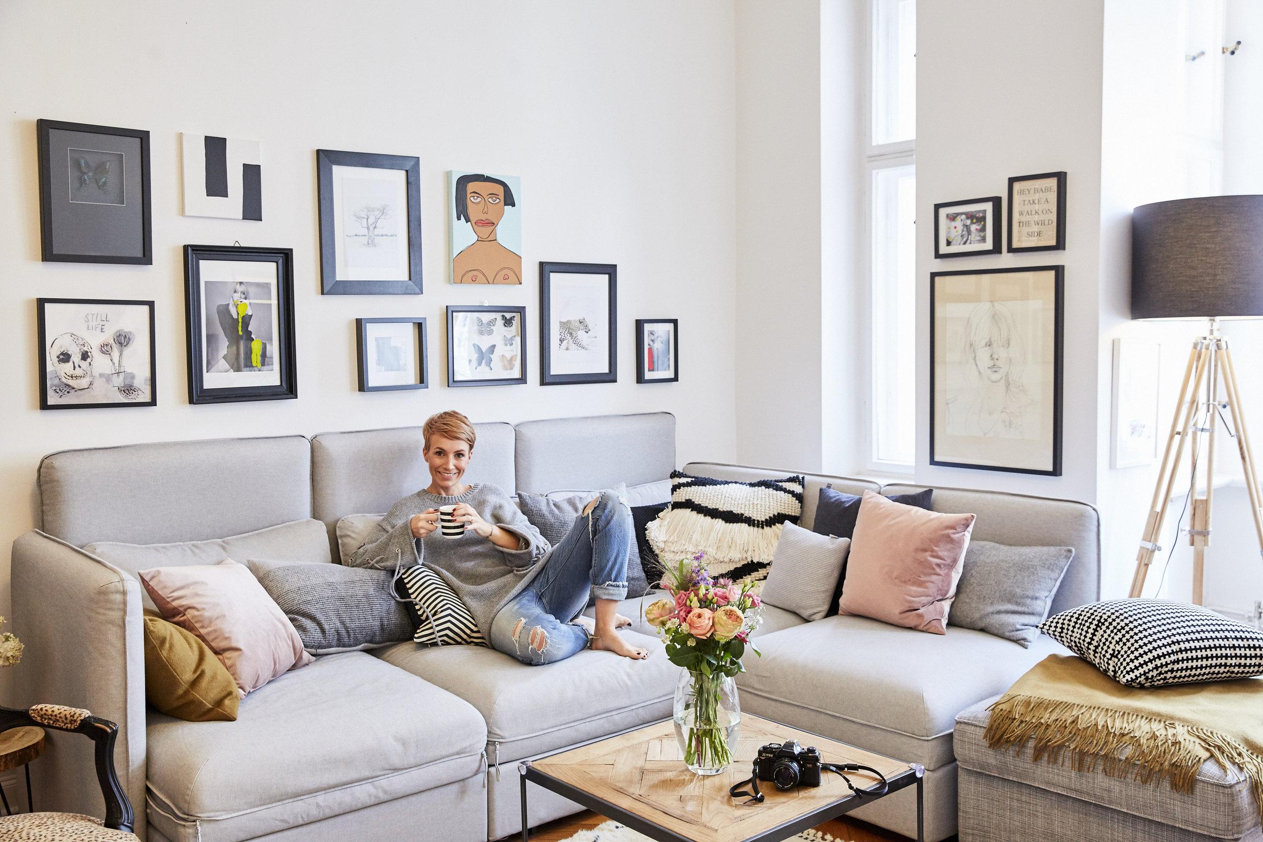 In meinem Wohnzimmer mit meiner kleinen Kunstsammlung von diversesten Künstlerin aus Kapstadt, Dänemark und Deutschland. Die verschiedenen Kissen von  Westwing Now  werten die Ikea Couch stilvoll auf.