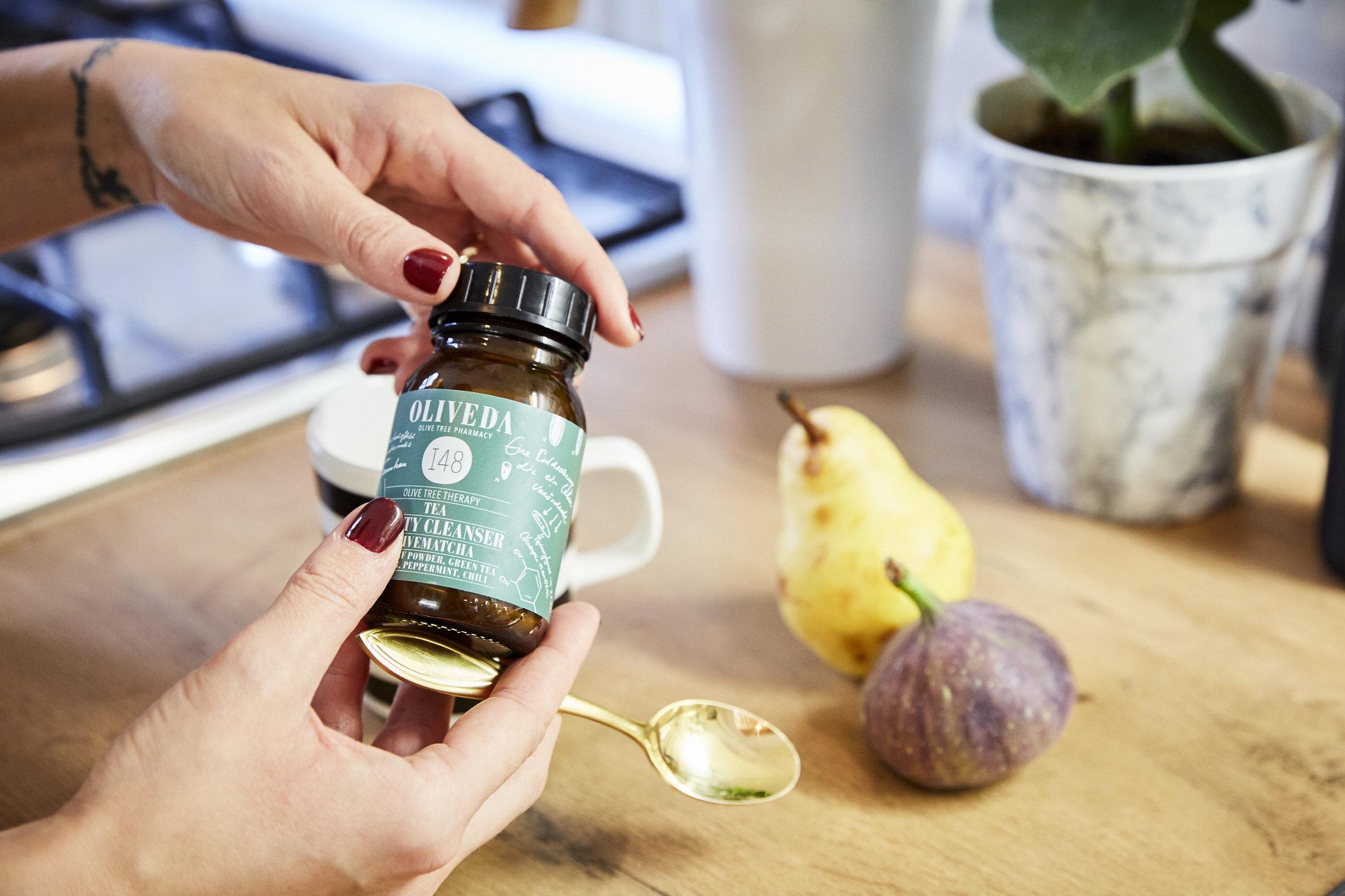 FAVORITE PRODUCTSoliveda - schönheit von innen - Heute haben wir einen Detox-Tipp für euch: Der Beauty Cleanser Olivematcha von Oliveda. Was Detox ist, weiß mittlerweile jeder, denn dieses Thema ist seit einigen Jahren omnipräsent. Es bedeutet nichts anderes als zu entgiften, oder um es etwas altmodischer auszudrücken: zu entschlacken.LOS GEHT'S
